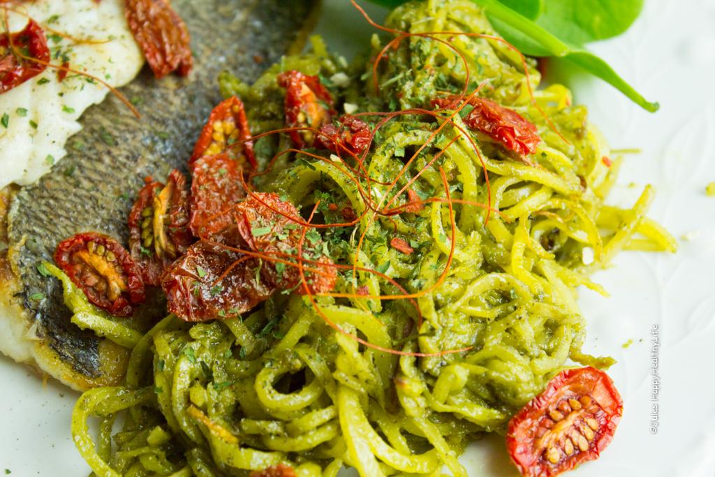 Rezept für Steckrüben Spaghetti mit veganem Pesto und Doradenfilets