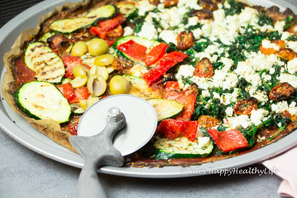 glutenfreie Pizza mit Blumenkohlboden und frischem Gemüse