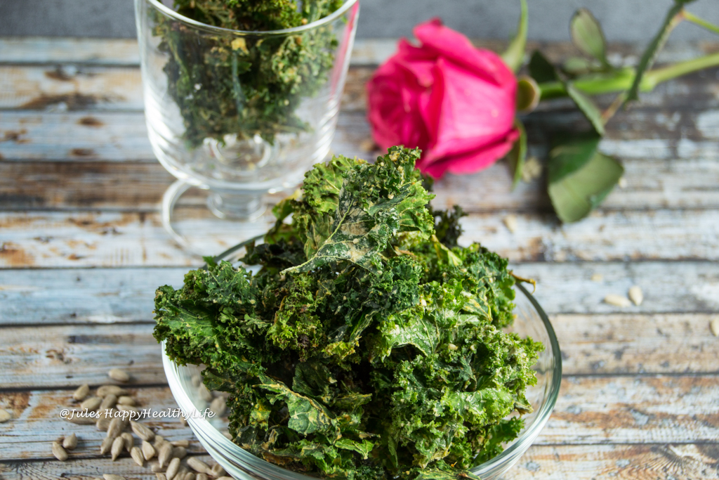 Recipe for a low-carb, baked, vegan Miso Kale Chips