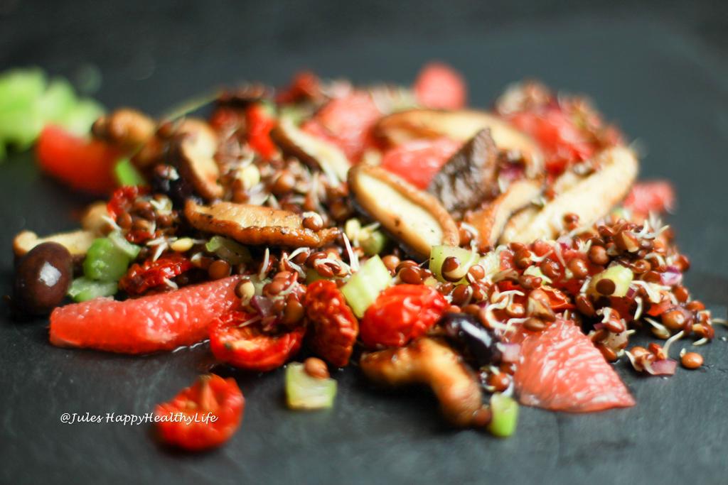 Italienischer, veganer Salat von gekeimten Linsen