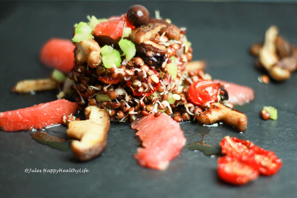 Glutenfreier, veganer italienischer Salat mit gekeimten Linsen