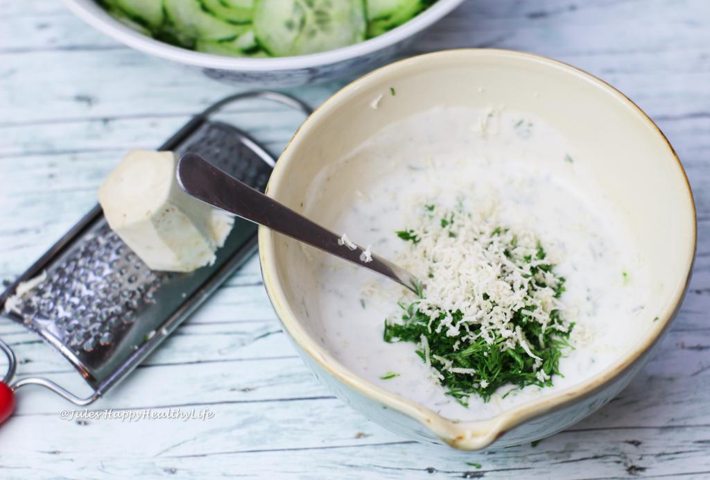 Für den veganen Meerrettich Gurken Dill Salat könnt ihr auch normalen Joghurt nehmen