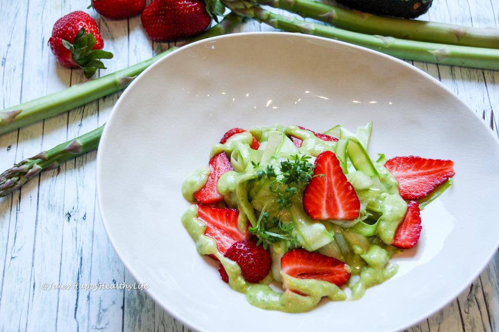 Schnell zubereitet da ohne kochen - Veganer Grüner Spargelsalat mit Avocado Dressing