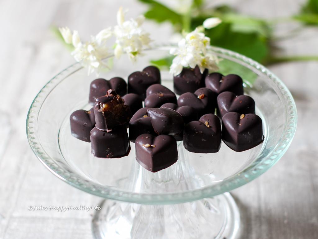 Perfektes Geschenk selbstgemachte Schokoherzen mit Salzkaramell vegan, glutenfrei