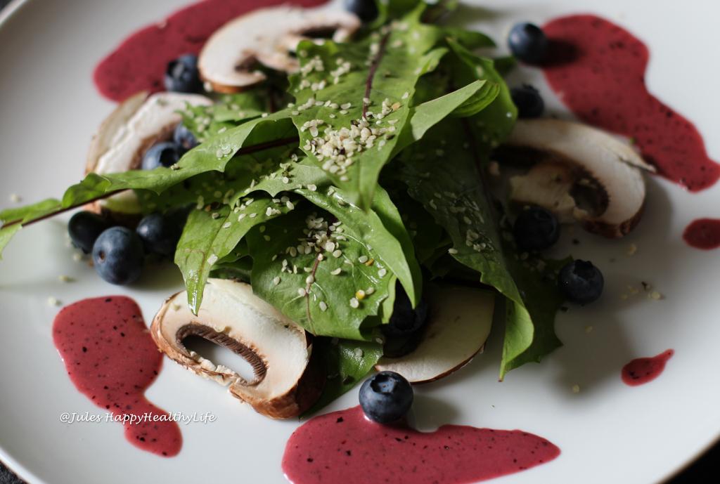 Rezept für veganen Löwenzahnsalat mit Blaubeer-Senf-Dressing
