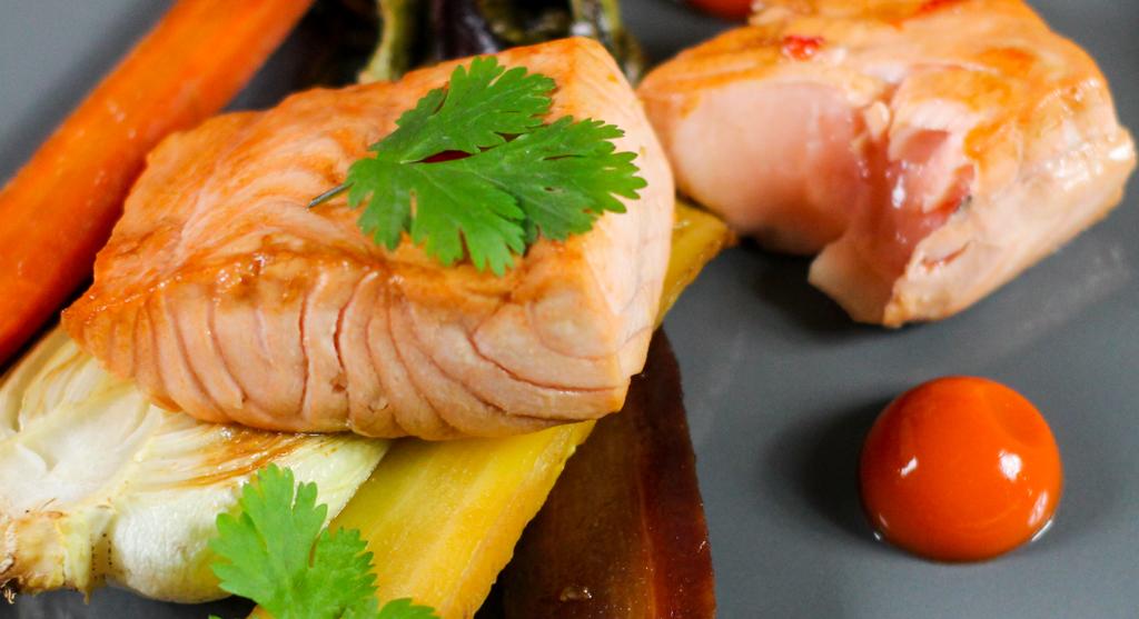 Der glasierte Lachs enthält gesunde Omega-3 Fettsäuren