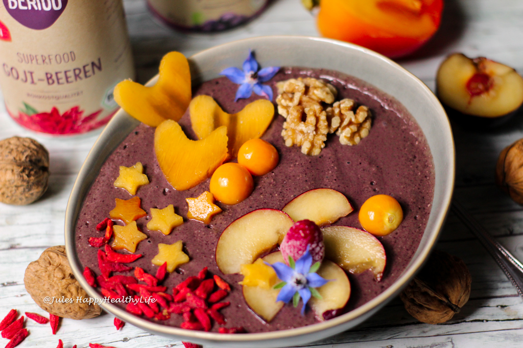 Power Breakfast with Superfoods - Acai Bowl with Maca and Goji Berries Recipe
