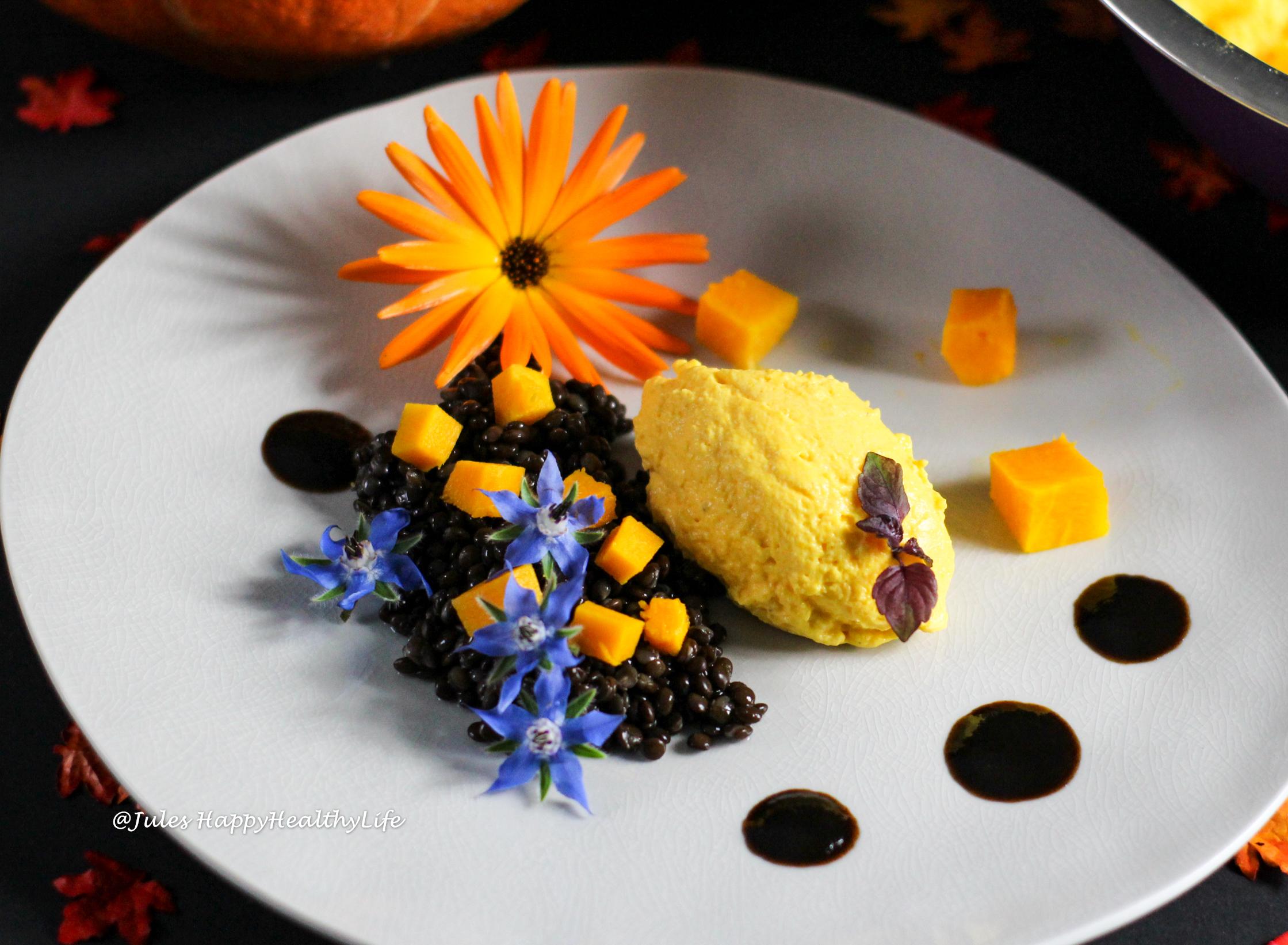 Kann wunderbar vorbereitet werden - Beluga Linsen mit Kürbisziegenfrischkäse Mousse