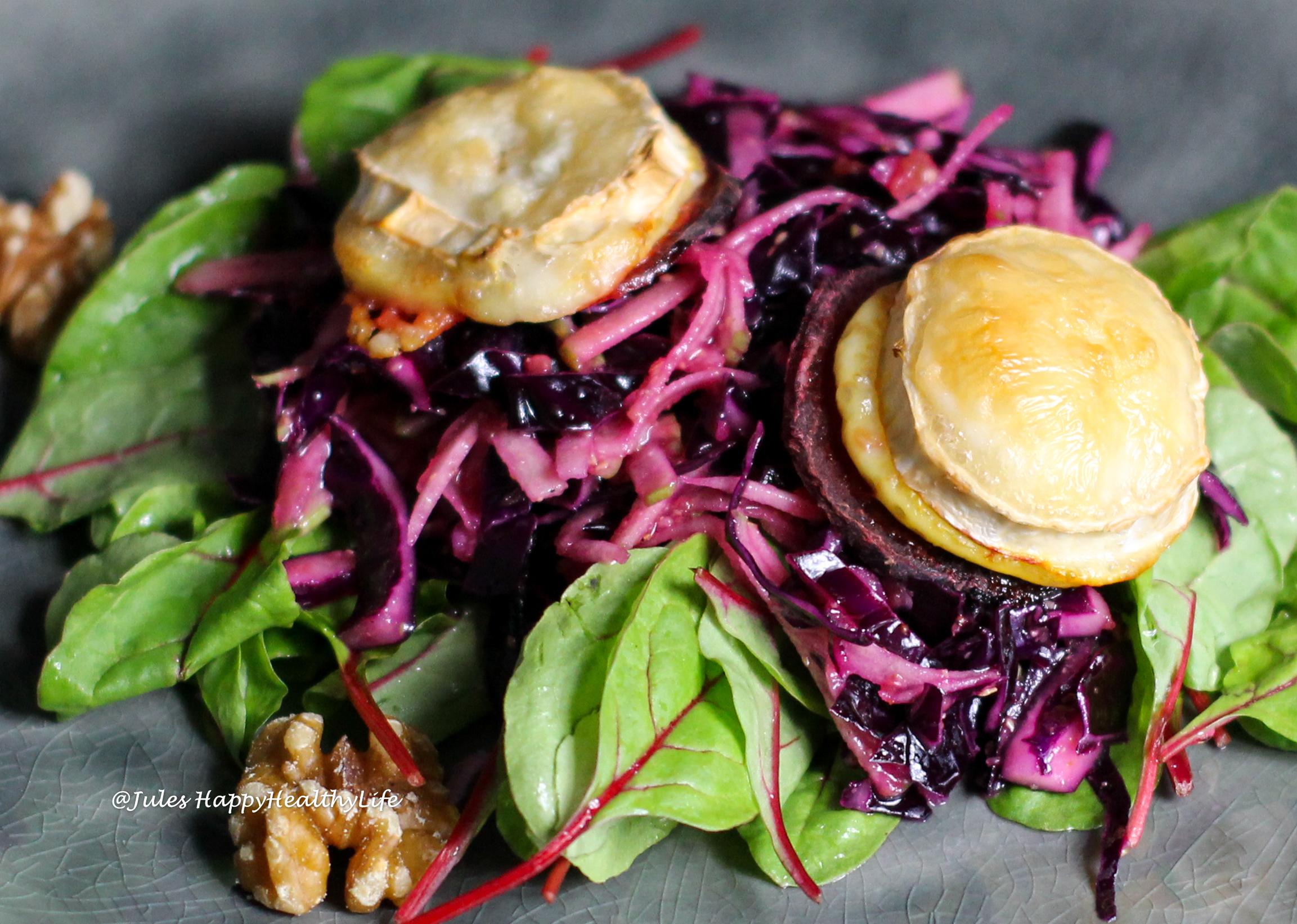 Erfrischend und doch sättigend ist der Rotkohl Apfel Salat mit gebackenem Ziegenkäse