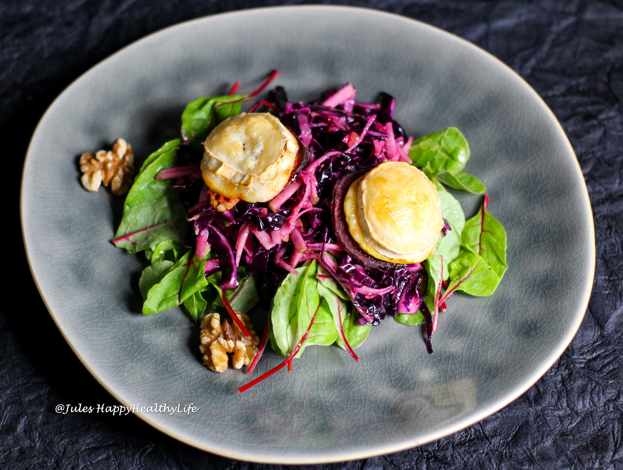Rezept für vegetarische Vorspeise Rotkohl Apfel Salat mit gebackenem Ziegenkäse auf Rote Bete