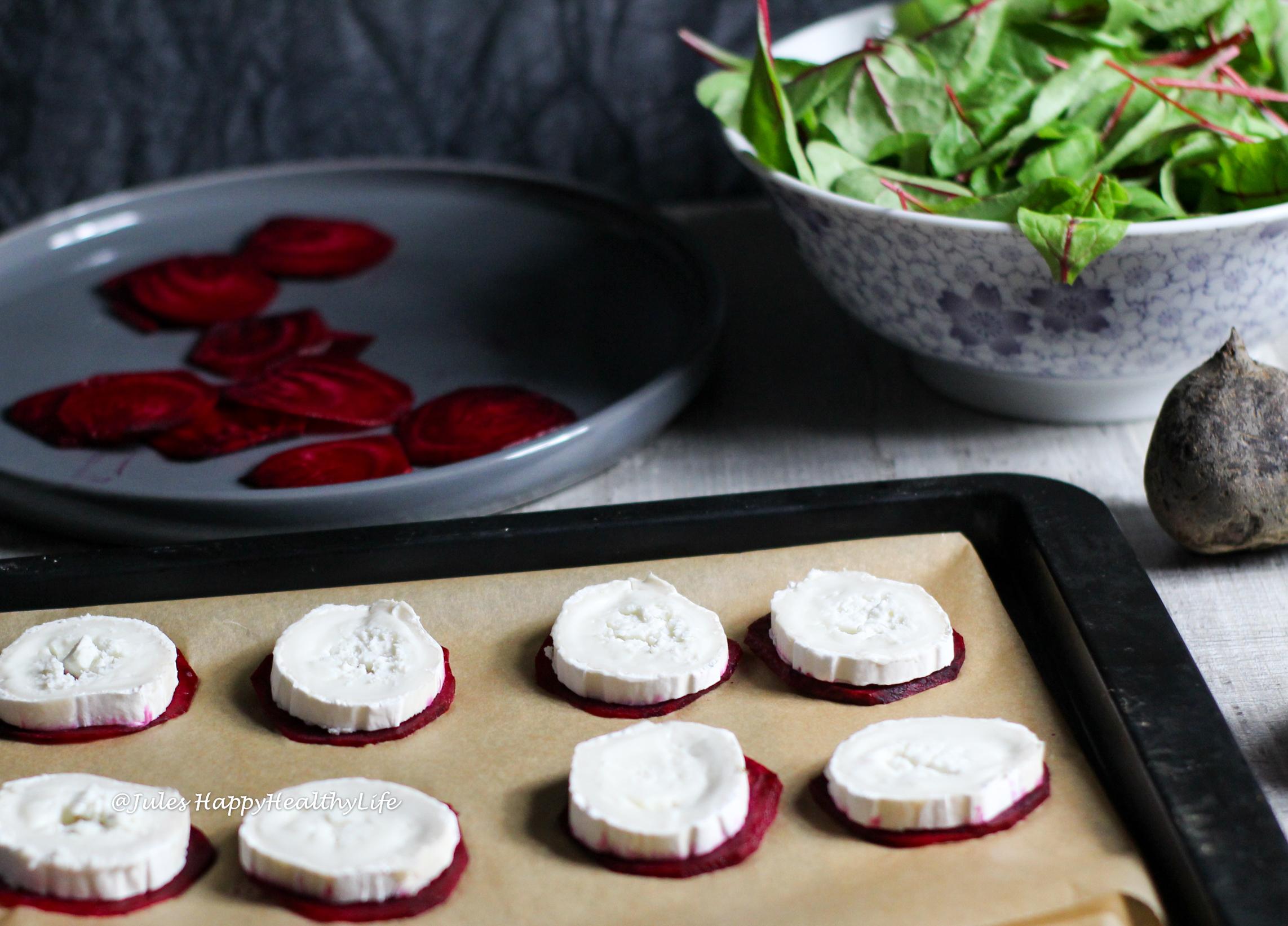 Ziegenkäse auf Rote Bete Scheiben für gebackenen Ziegenkäse