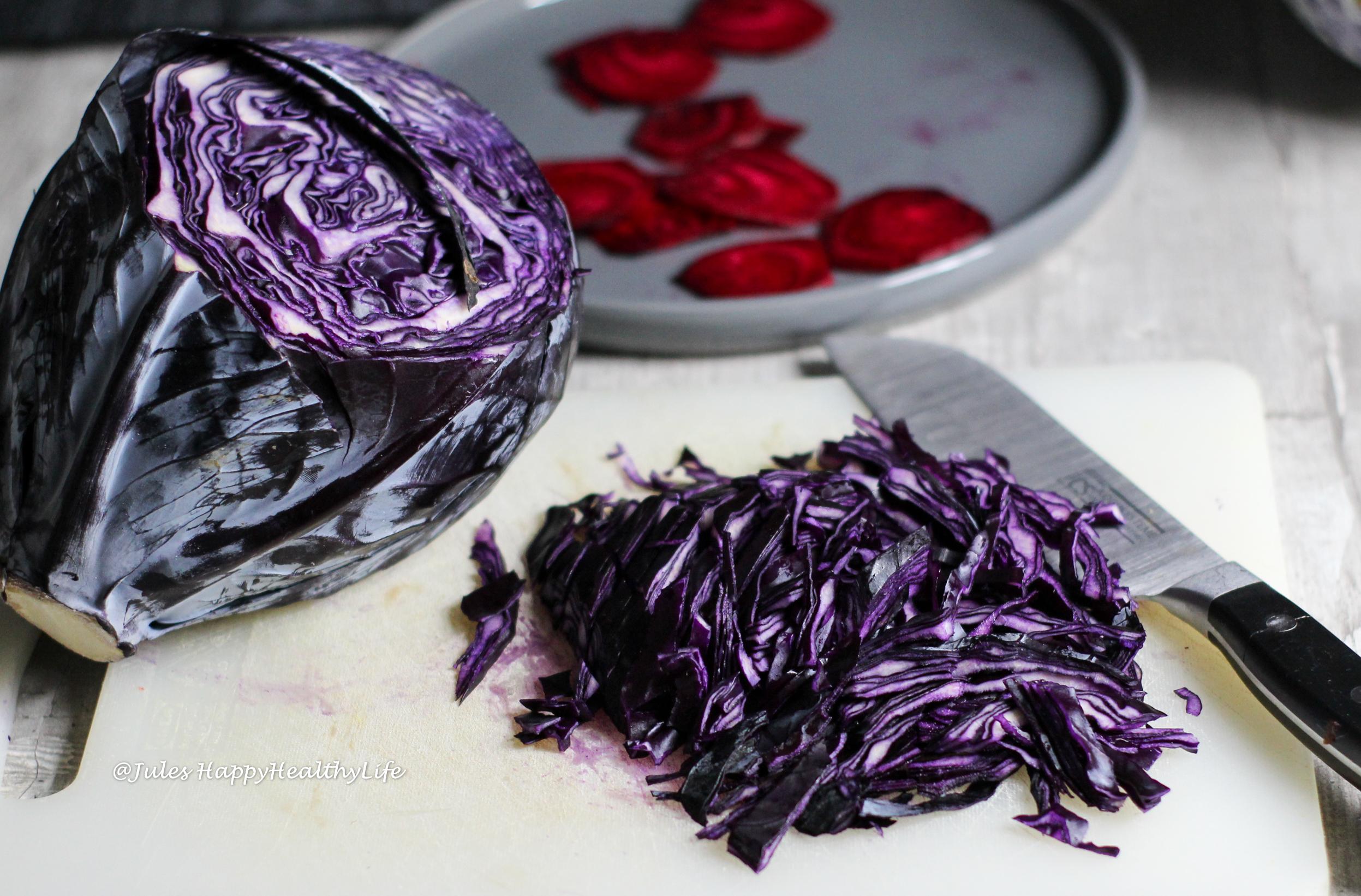 Zutaten für Rptkohl Apfel Salat mit gebackenem Ziegenkäse auf Rote Bete